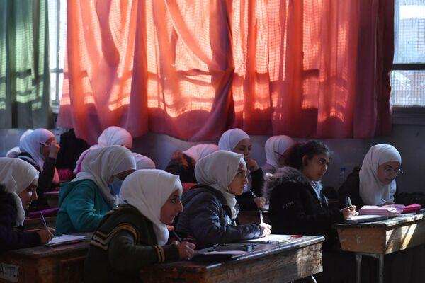 I bambini nella scuola Nabil Yunis di Damasco (Siria) durante una visita del Primo Vice Ministro dell'Istruzione della Federazione Russa Dmitry Glushko. La scuola è stata restaurata grazie al finanziamento della Russia.  - Sputnik Italia