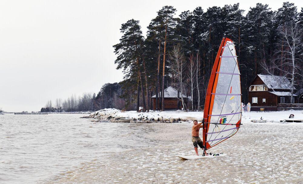 Il windsurfista Alexander Orlov chiude la stagione nel bacino idrico di Ob, Russia.