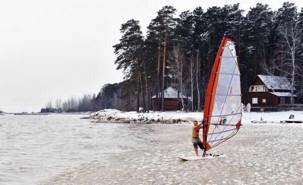 Il windsurfista Alexander Orlov chiude la stagione nel bacino idrico di Ob, Russia.  - Sputnik Italia