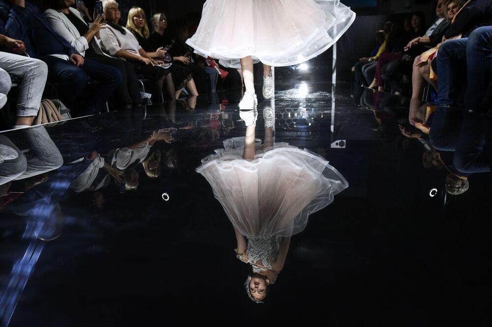 Una modella presenta gli abiti della collezione di Kristina Kibovskaya nell'ambito della Crimea Fashion Week presso l'hotel Palmira Palace.