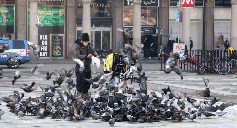 Un uomo da da mangiare ai piccioni