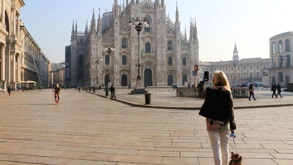 Una donna sta fotografando la piazza del Duomo a Milano - Sputnik Italia