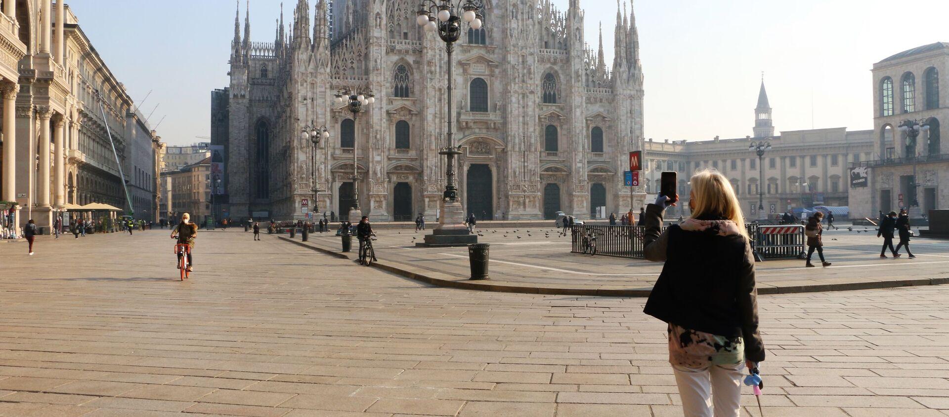 Una donna sta fotografando la piazza del Duomo a Milano - Sputnik Italia, 1920, 04.03.2021