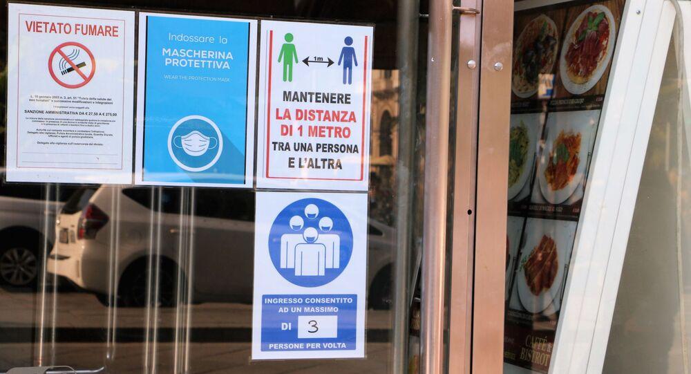 Vetrina di un negozio con restrizioni anti-Covid