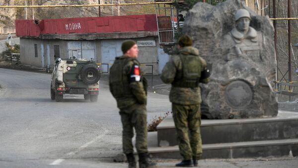 Caschi blu russi in una strada della città di Lachin (Berdzor) nel Nagorno-Karabakh - Sputnik Italia