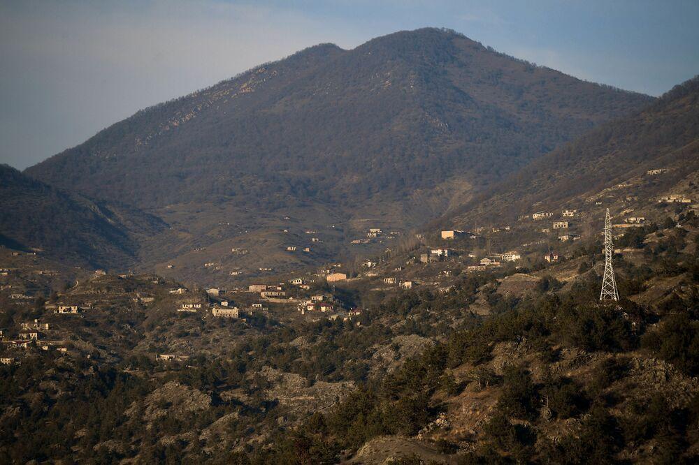 Vista dalla strada Goris-Berdzor alla città di Lachin (Berdzor) nel Nagorno-Karabakh