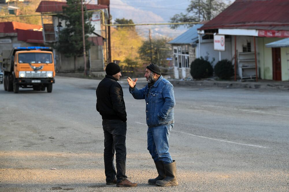 Residenti locali in una delle strade della città di Lachin (Berdzor) nel Nagorno-Karabakh
