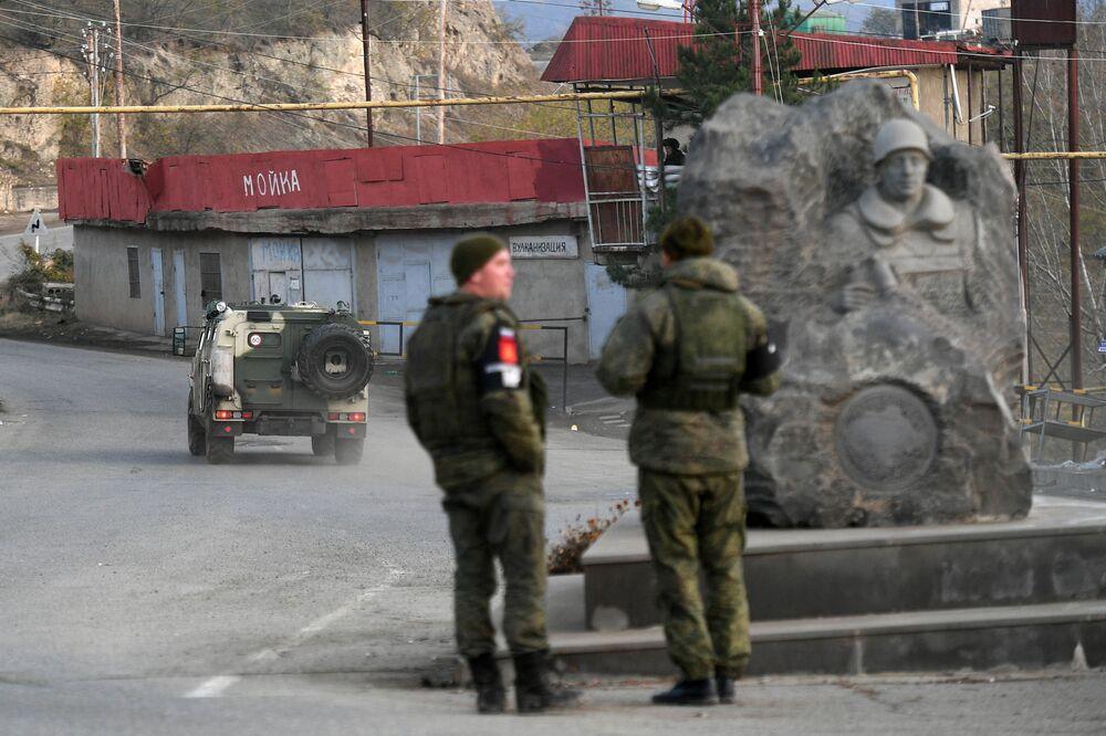 Caschi blu russi in una strada della città di Lachin (Berdzor) nel Nagorno-Karabakh