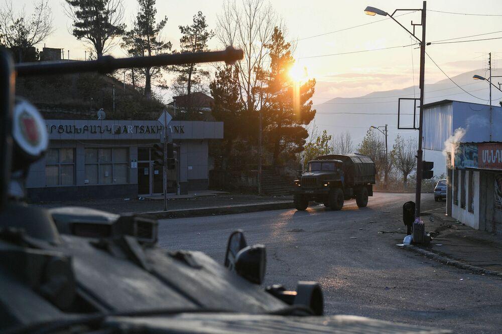 Le forze di pace russe assicurano il collegamento del Nagorno-Karabakh con l'Armenia, il ritorno in sicurezza delle persone ai loro luoghi di residenza e la circolazione dei veicoli civili