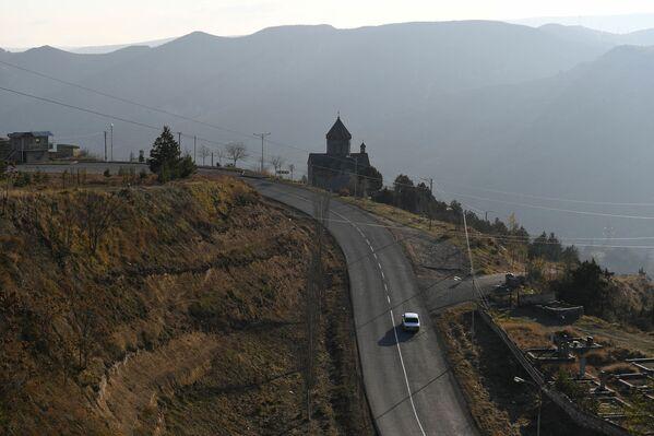 I militari russi hanno ripristinato la circolazione lungo questa importante direttrice che collega l'armena Goris a Stepanakert, la capitale dell'autoproclamata repubblica - Sputnik Italia