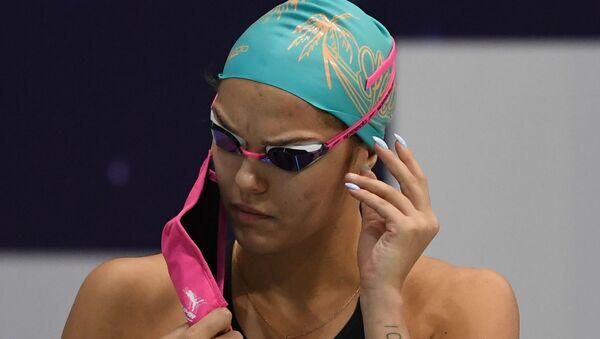 Una nuotatrice si toglie la mascherina - Sputnik Italia