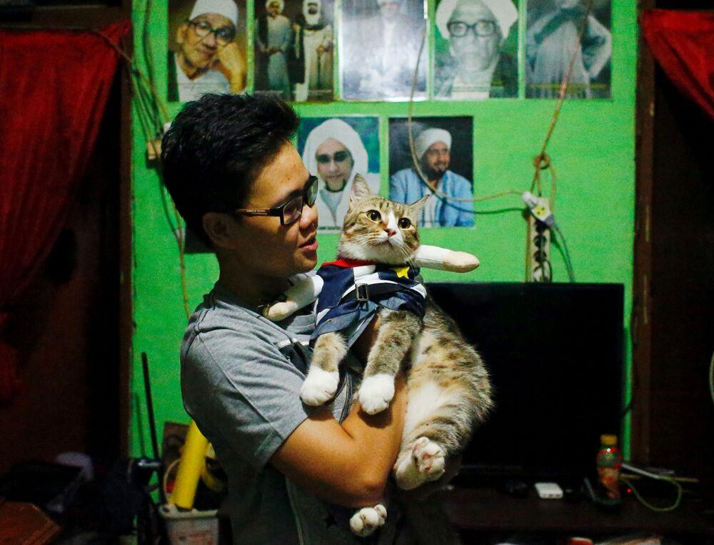 Risma Sandra Irawan, 31 anni, con il suo gatto in costume cosplay a Giacarta, Indonesia, il 29 novembre 2020