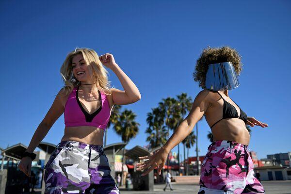 Ragazze in spiaggia a Los Angeles il giorno prima della ripresa delle restrizioni per l'epidemia del coronavirus - Sputnik Italia