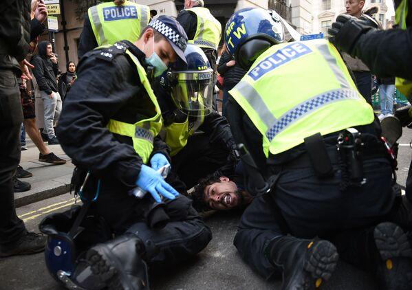 Polizia durante l'arresto di un manifestante contro le misure restrittive imposte dal governo per la pandemia di coronavirus a Londra - Sputnik Italia