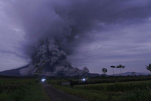 L'eruzione del vulcano Semeru sull'isola di Giava orientale - Sputnik Italia
