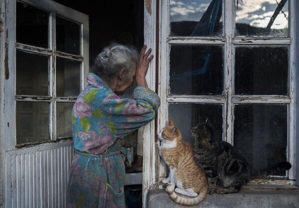 Una donna anziana vicino alla sua casa nella città di Lachin (Berdzor) nel Nagorno-Karabakh - Sputnik Italia