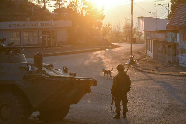 Caschi blu russi in una strada della città di Lachin (Berdzor) in Azerbaigian - Sputnik Italia