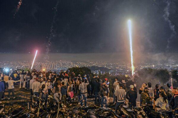 Fuochi d'artificio durante il festival Alborada a Medellin - Sputnik Italia