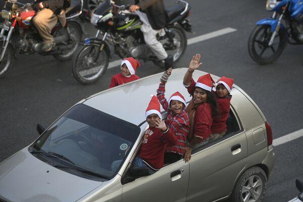 Bambini vestiti da Babbo Natale a Islamabad - Sputnik Italia