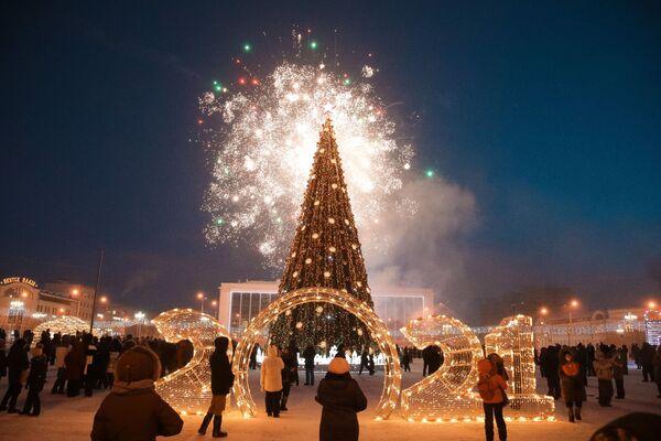 Fuochi d'artificio festivi durante la solenne cerimonia di accensione delle luci dell'albero di Natale a Yakutsk - Sputnik Italia
