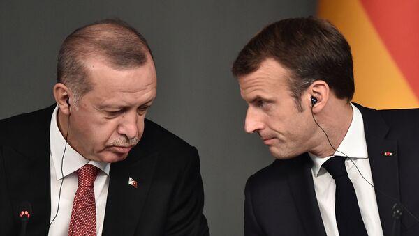 Recep Tayyip Erdogan, presidente de Turquía, y Emmanuel Macron, presidente de Francia - Sputnik Italia