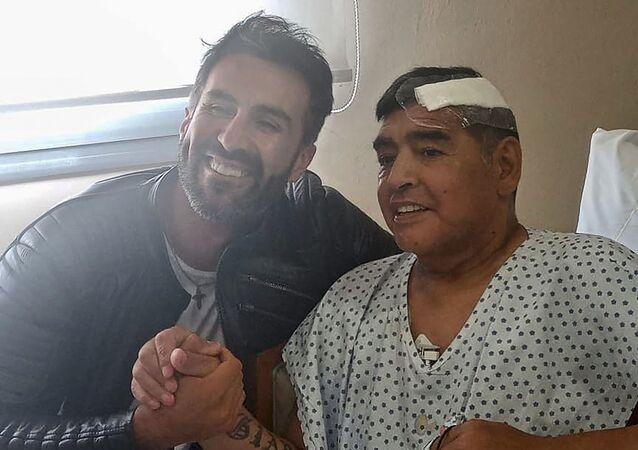 Diego Armando Maradona insieme al suo medico Leopoldo Luque dopo intervento alla testa