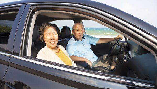 Пожилая азиатская пара в автомобиле - Sputnik Italia