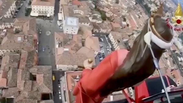 """Processione """"in volo"""", la statua di Santa Barbara sorvola la città di Rieti in elicottero   - Sputnik Italia"""