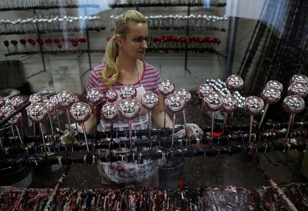 Produzione delle decorazioni natalizie di vetro a forma di maiale in mascherina presso una fabbrica OzdobaCZ a Dvur Kralove nad Labem, Repubblica Ceca, il 1° dicembre 2020.