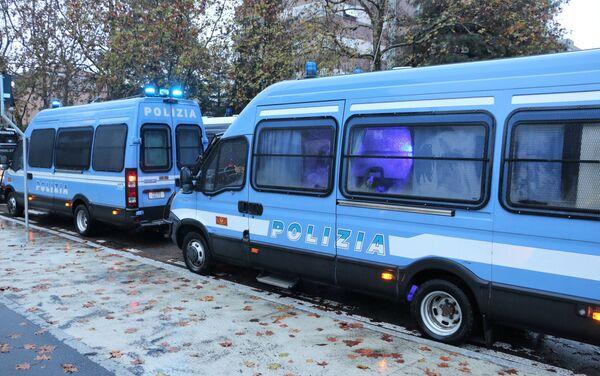 Polizia durante le manifestazioni pro e contro la libreria sovranista Altaforte a Cernusco sul Naviglio - Sputnik Italia