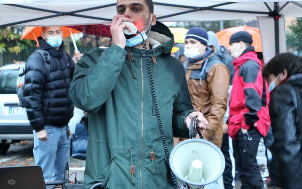 Un uomo con megafono durante le manifestazioni pro e contro la libreria sovranista Altaforte a Cernusco sul Naviglio - Sputnik Italia