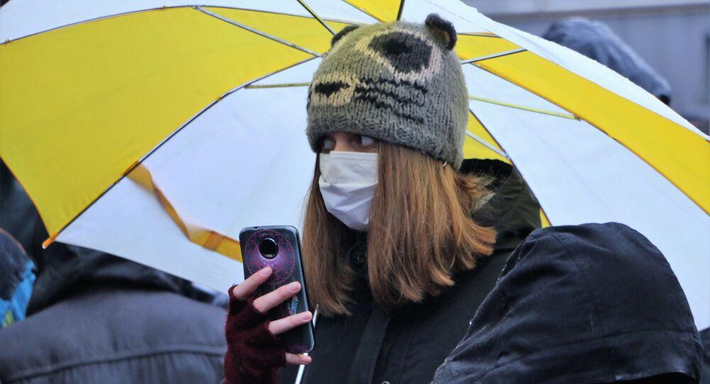 Una ragazza in mascherina durante la manifestazione a Cernusco sul Naviglio