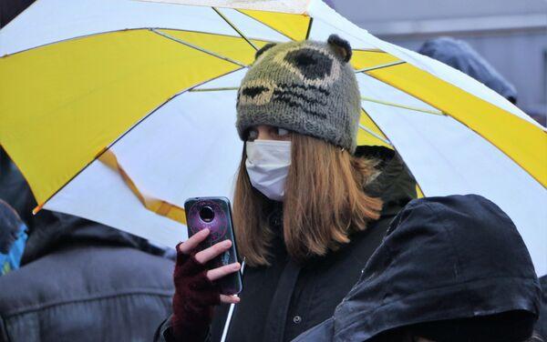 Una ragazza in mascherina durante la manifestazione a Cernusco sul Naviglio - Sputnik Italia