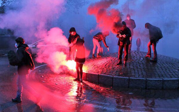 Cori e fumogeni durante la manifestazione a Cernusco sul Naviglio - Sputnik Italia