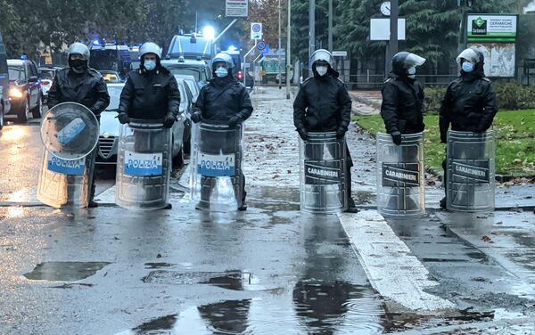 Polizia durante la manifestazione a Cernusco sul Naviglio - Sputnik Italia