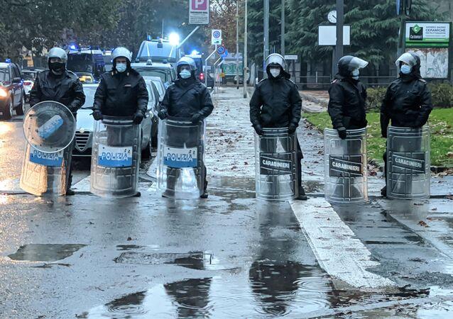 Polizia durante la manifestazione a Cernusco sul Naviglio