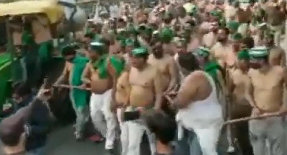 Protesta contadini indiani a torso nudo