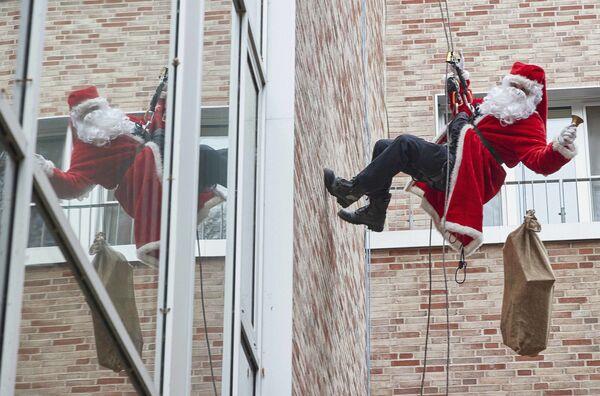 Un soccorritore vestito da Babbo Natale scende dal tetto di un ospedale pediatrico in Germania - Sputnik Italia
