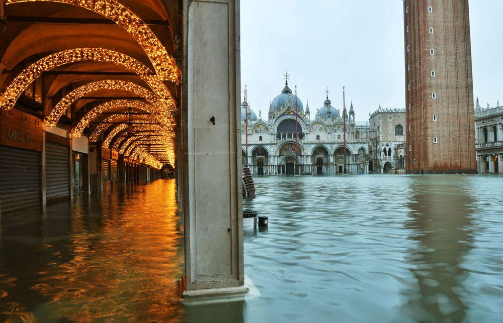 Vista di Piazza San Marco allagata a Venezia, Italia