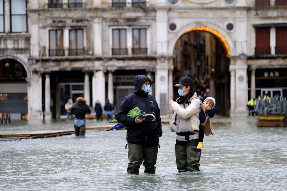 Dopo che nella giornata di ieri le previsioni troppo ottimistiche avevano portato la città a restare sott'acqua per diverse ore, l'amministrazione del comune di Venezia ha disposto l'attivazione del Mose.