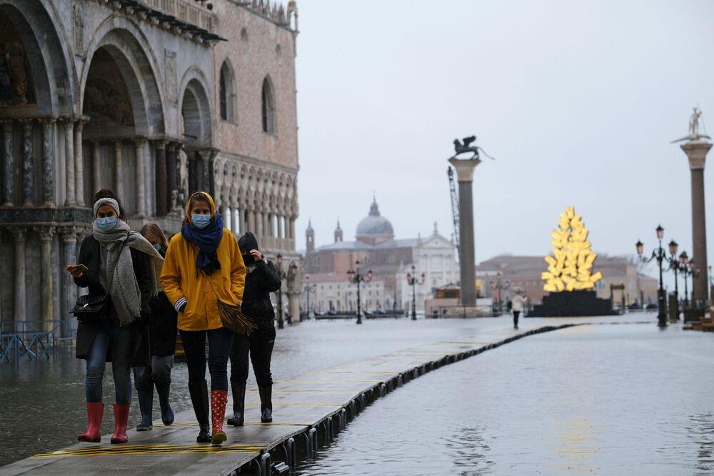La gente in Piazza San Marco allagata a Venezia, Italia