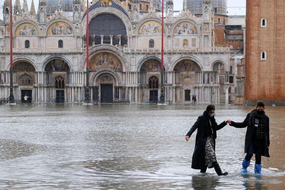 Una coppia in Piazza San Marco a Venezia, Italia, l'8 dicembre 2020
