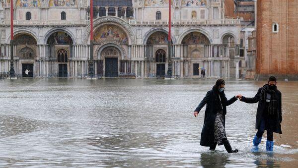 Una coppia in Piazza San Marco a Venezia, Italia, l'8 dicembre 2020 - Sputnik Italia