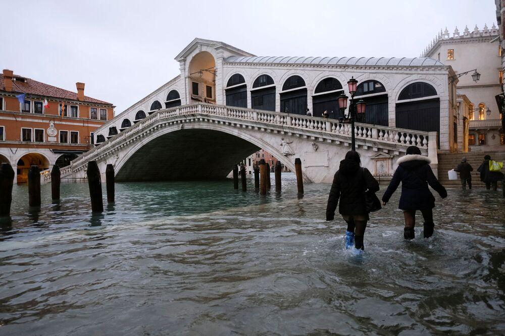 Persone al Ponte di Rialto su una strada allagata a Venezia