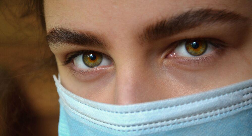 Coronavirus in Russia - occhi di ragazza in mascherina