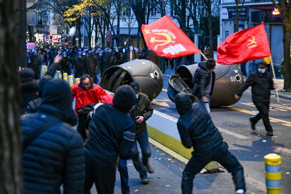 Scontri tra la polizia e i manifestanti contro il progetto di legge sulla sicurezza globale a Parigi, Francia