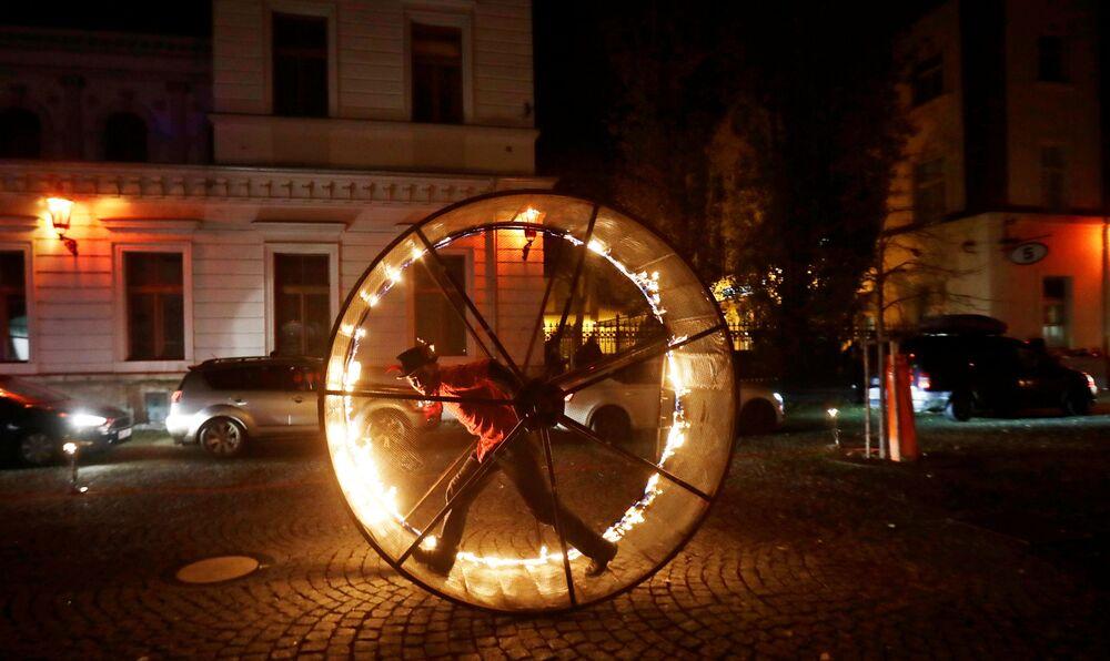 La gente guarda uno spettacolo alla vigilia della festa di San Nicola a Praga, Repubblica Ceca, il 5 dicembre 2020