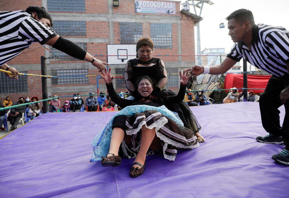 Silvana La Poderosa e Simplemente Maria, lottatrici di cholitas, combattono durante il loro ritorno sul ring dopo le restrizioni del coronavirus (COVID-19), a La Paz, il 29 novembre 2020