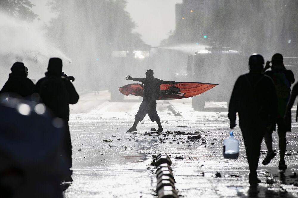 Manifestanti durante una protesta contro il governo cileno a Santiago del Cile