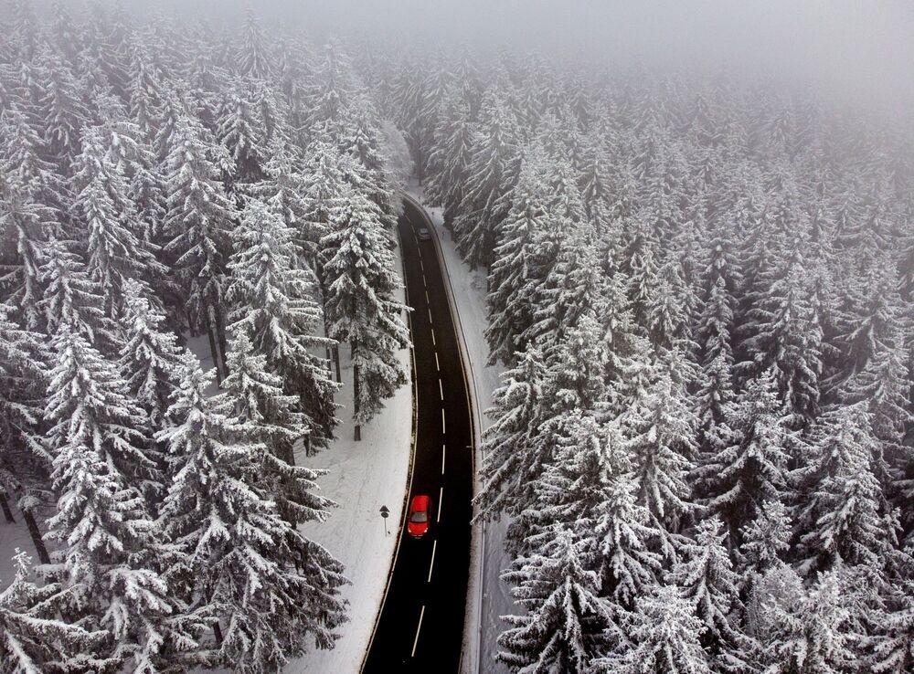 Una macchina su una strada vicino a Francoforte, in Germania